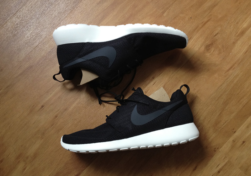 nike roshes run black